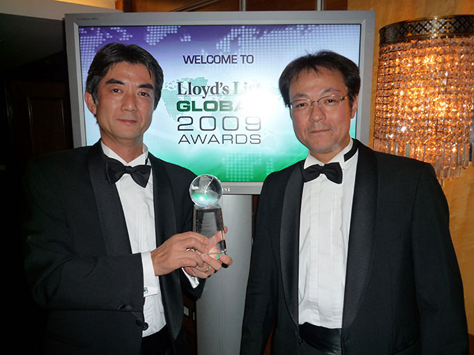 Daikin management receiving Lloyd's List Energy Award 2009